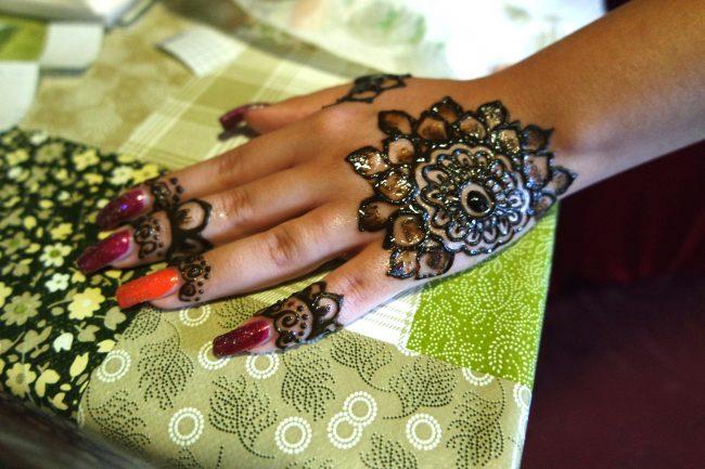 Mehndi Assemini tatuaggio Henné sulla mano