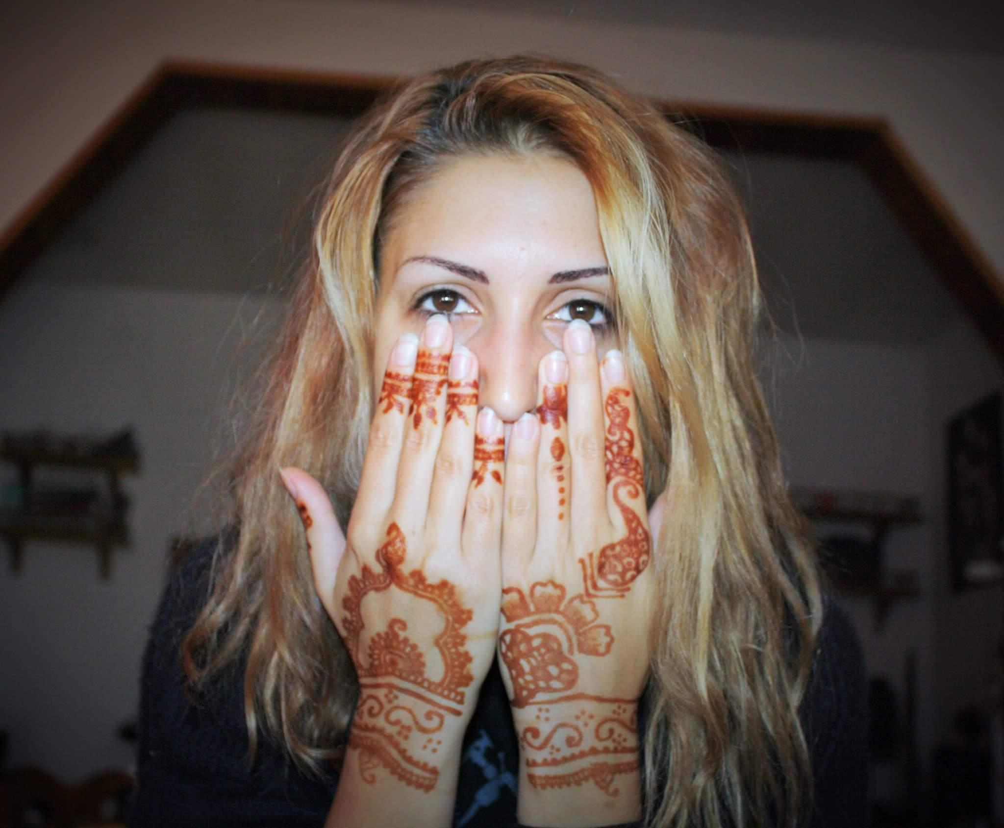 Mehndi Tatuaggio tradizionale indiano su Ester