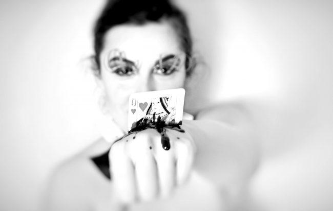 Dettaglio Carta con sangue del Makeup ispirato alla Regina di Cuori in bianco e nero